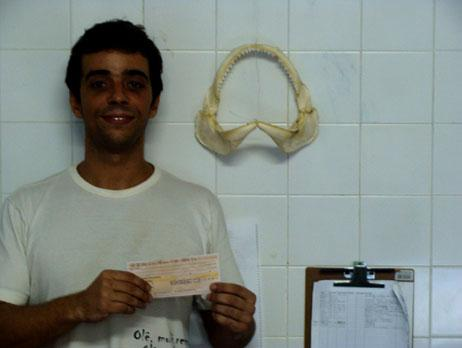 Congratulations to André Afonso, who is doing his Ph.D. in Brazil, focusing on shark behaviour and interaction with humans. André needed some cash for satellite transmitters and dropped us a line. And we cut him a 2.000 euros cheque! Why not take this opportunity to check out some other scholarships attributed by the Portuguese Elasmobranch Association at APECE.pt?