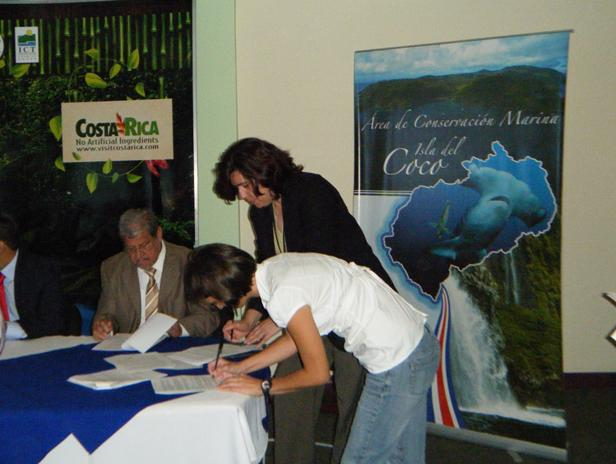 And more congratulations to Ilena Zanella, who just obtained the formal permission from the Cocos Island Marine Conservation Area (ACMIC) for the shark tagging program, and signed the Framework Cooperation Agreement with the ACMIC and the Ministry of Enviroment.